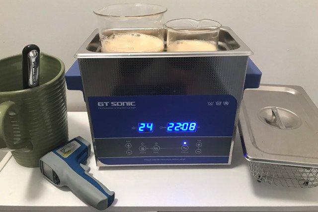 Nettoyeur à ultrasons avec deux bechers de 1 L et 0,5 L contenant la solution de vitamine C liposomal en cours de fabrication.